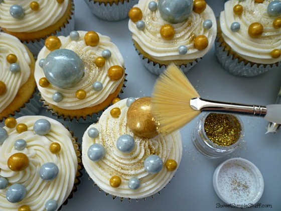 champagne new year's cupcakes